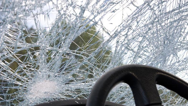 Egy kisbusz és egy személyautó karambolozott, ketten életüket vesztették