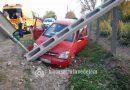 Villanyoszlopot döntött egy autó