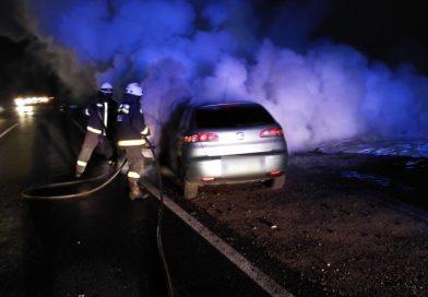 Zamárdinál kiégett egy gépkocsi, a jutai kanyarban fejtetőre állt egy autó