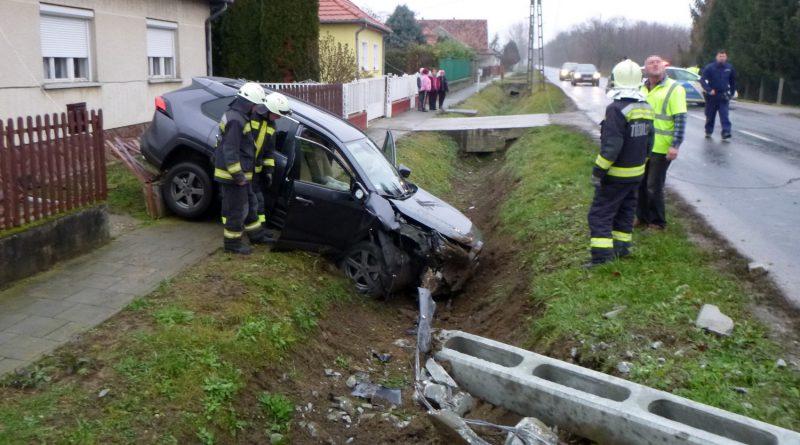 Villanyoszlopot döntött ki egy autó Somogyjádon