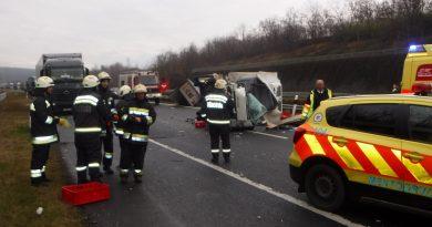 Kamionba rohant egy kisteherautó az autópályán