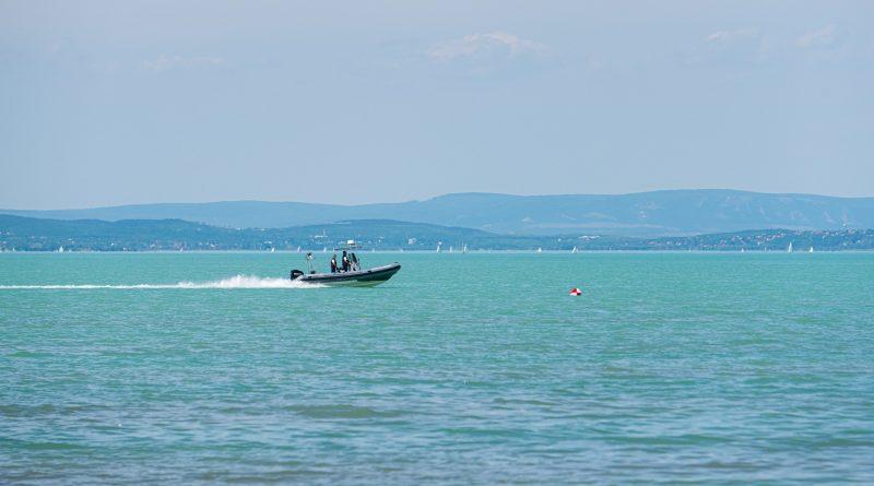 14 embert kellett kimenteni a Balatonból a hétvégén