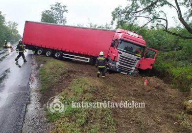 Megcsúszott és árokba sodródott egy kamion